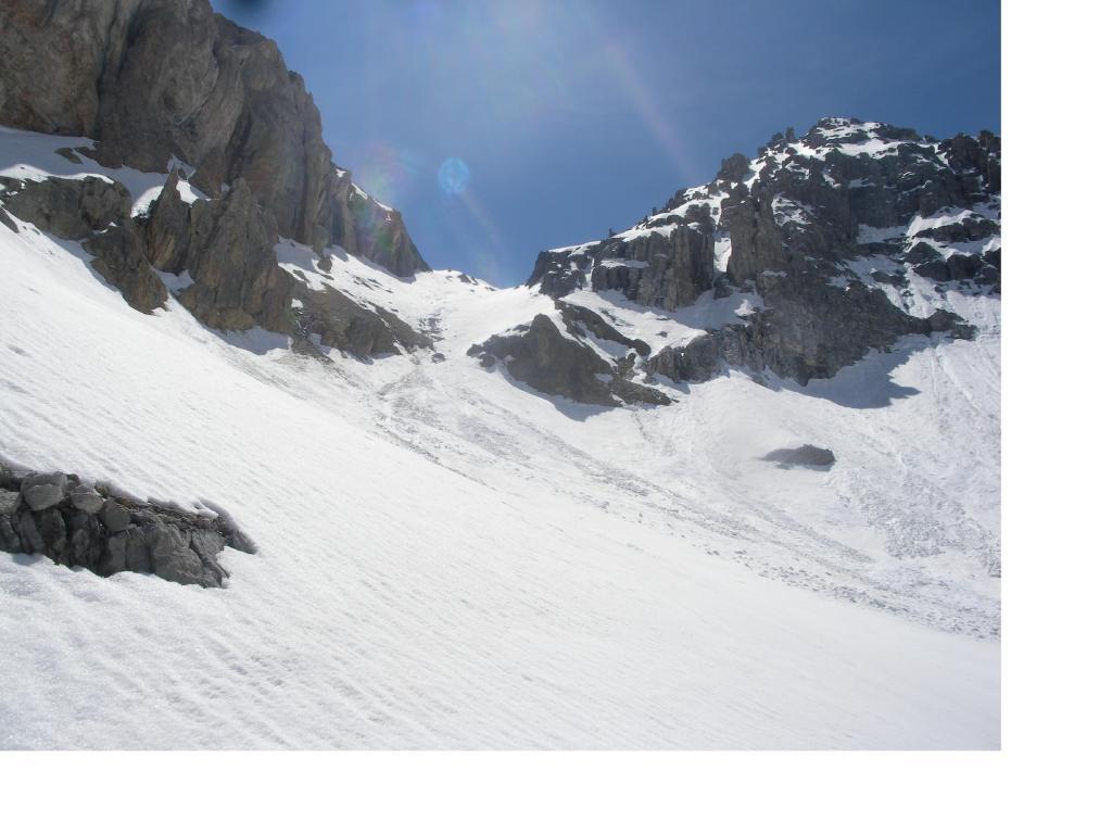 Il canalone di discesa e in alto al centro il Colle della Gran Bagna.
