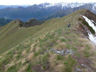 verso cima la rocco a sx la cresta di discesa