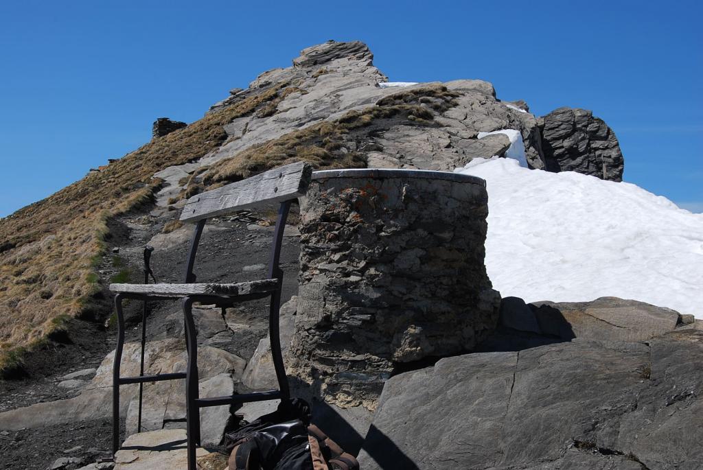L'arrivo in cima con la tavoletta orientativa, la panchina e la vetta
