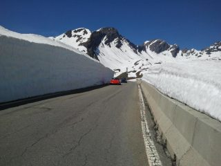 macchine tra i muri di neve