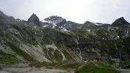 Partenza e vetta: il sentiero è in centro, tra le due cascate