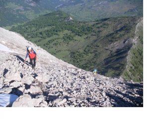 Si avanza a fatica  sul detritico versante nord del Furgon...