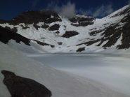 Il lago Autaret ancora bianco
