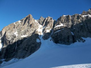 Roccia Viva, a sinistra, e canale Coolidge, dal ghiacciaio di Roccia Viva