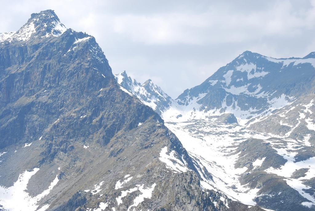 Il Mt Monchette ed il Passo di Leseney visti dalla quota 2430 della cresta spartiacque del vallone di Tillac