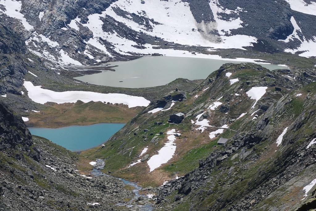 Il Rifugio e due laghi tele-visti dal Passo