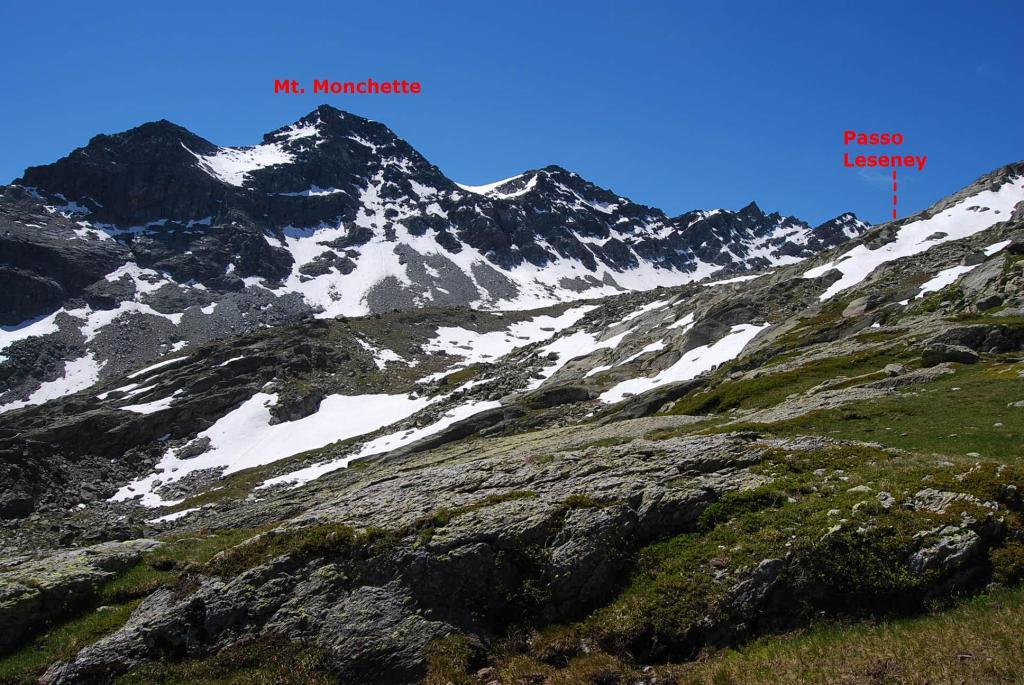 Il Mt Monchette e la cresta che scende al Passo di Leseney (non visibile) salendo