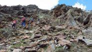 salendo la ripida china di sfasciumi sopra la conca terminale del vallone (22-6-2012)