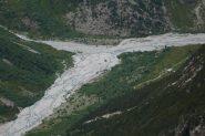 Dal sentiero di discesa vista del pianoro sottostante con il rifugio du Carrelet