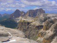 02 - dal Piz Boé vista sulla sottostante Val Lasties e sullo sfondo il Sassolungo