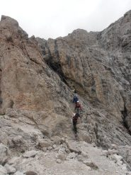04 - escursionisti a metà del sentiero attrezzato per il Sas Putia