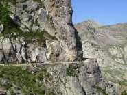 Il bel sentiero scavato nella roccia