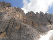 09 - ai piedi delle imponenti pareti del Sassolungo