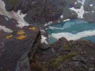 Segnavia a picco sul Gran Lago delle Cime Bianche
