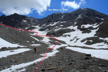 la parte alta del Piano del Vaudet diventa morena e pietrame, via seguita per arrivare al Colle Giasson (8-7-2012)