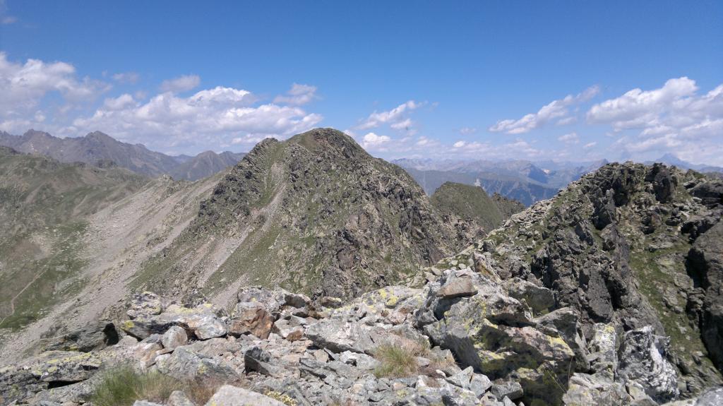 In centro la Cima Auta di Lausfer, sulla destra una delle due Cime di Lausfer (foto scattata dall'altra Cima)