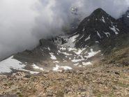 10 - itinerario di salita sui ghiaioni e nevaio sopra il Col Fussi. Appare il M.Delà davanti alle nuvole