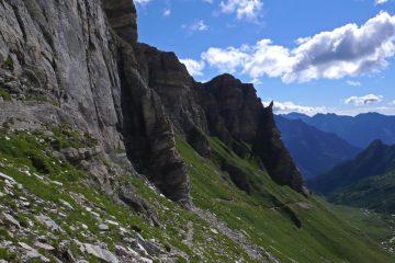 Sentiero che taglia il versante orientale del P.zo Moro