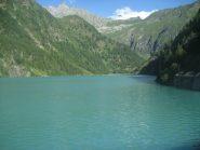 il bacino/lago dei Cavalli con il Pizzo Andolla e il passo Andolla al centro della foto