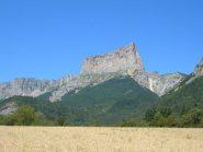 Il Mont Aiguille domina i campi coltivati presso Ruthière