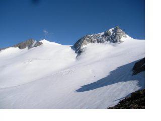 A sx del Rainerhorn e' la Rainer Sharte ampia sella nevosa d'accesso alla vetta...
