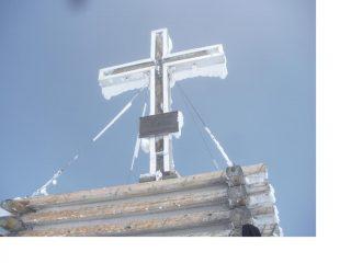 Evidenti segni del passaggio della bufera..sulla croce.