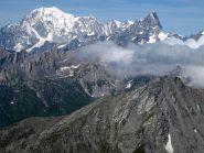 Bianco e in primo piano la cresta sud della Punta di Barasson