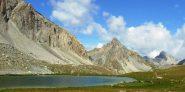 lago dell'oronaye - al centro l'elegante cima del bec du lievre