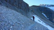 salendo verso un canalino detritico che consente di superare una barriera rocciosa (23-7-2012)