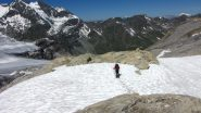 Enrico scende un piccolo nevaio lungo la morena del Barrhorner (23-7-2012)