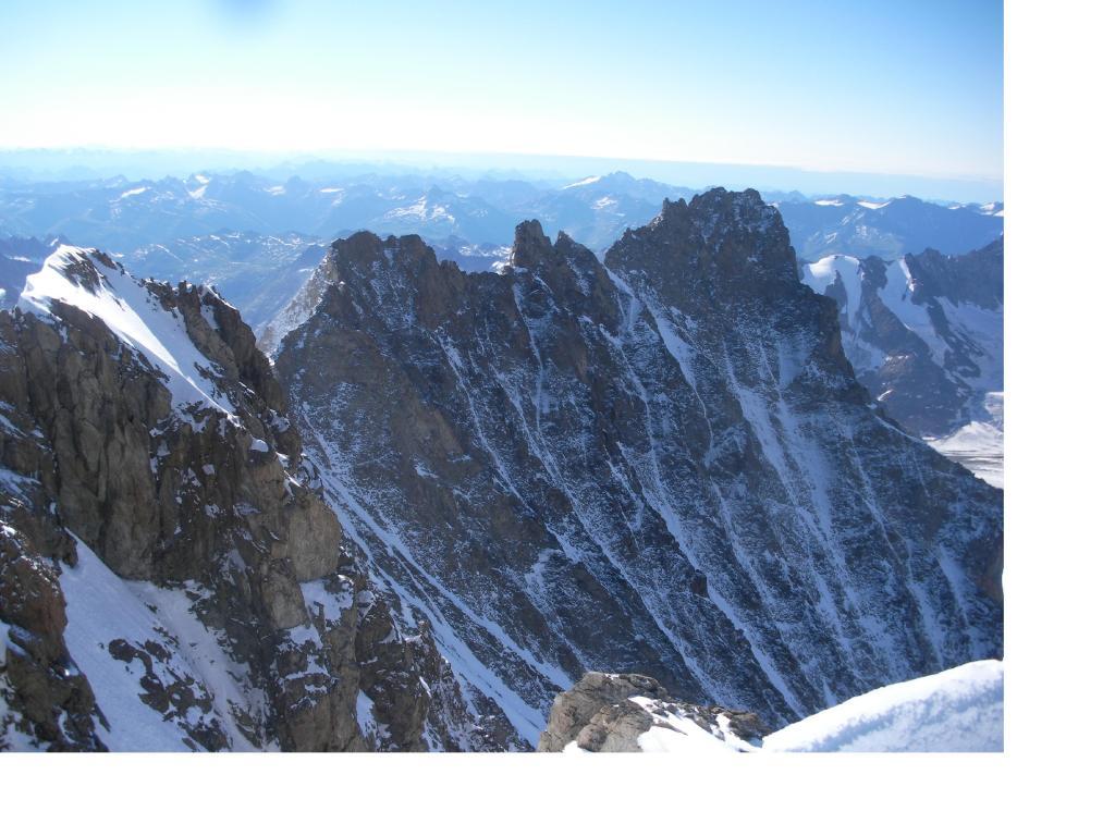 La lunga e frastagliata cresta al Lauteraarhorn dalla vetta...