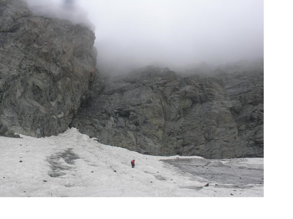 La tenebrosa muraglia al sommo del Ghiacciaio...ormai avvinghiata nelle nebbie.