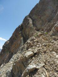Q.3077...inizia il tratto alpinistico, una freccia indica la cengia superiore