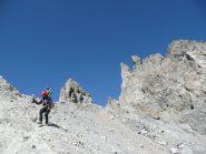 Comincia la delicata discesa nel canalone dal colletto 3050 m.