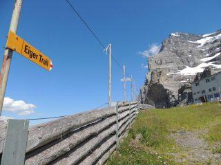 L'indicazione dell'Eiger trail vicino alla stazione Eigergletscher