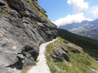 08 - Ru di By, passaggio con corde fisse... da fare con una mano sulla corda e l'altrache trattiene la bici sospesa nel vuoto...