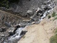 09 - Guado Torrente Velan, impegnativo con la bici al seguito