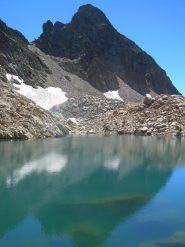 Il Bastione che si specchia nel lago Nasta.