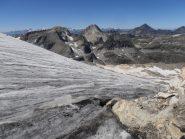 38 - scendendo a bordo ghiacciaio bisogna togliere e mettere più volte i ramponi per evitare ruscelli e roccette