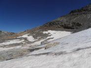 39 - zona di attraversamento del ghiacciaio in basso, dove è meno ripido. Il ghiaccio affiora anche in basso. Attenzione a buchi in alto e laghetti effimeri in basso nella zona dei nevai.