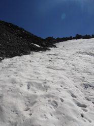31 - uno sbarramento roccioso costringe a spostarsi sul ghiacciaio, facendo attenzione ai riscelletti superficiali