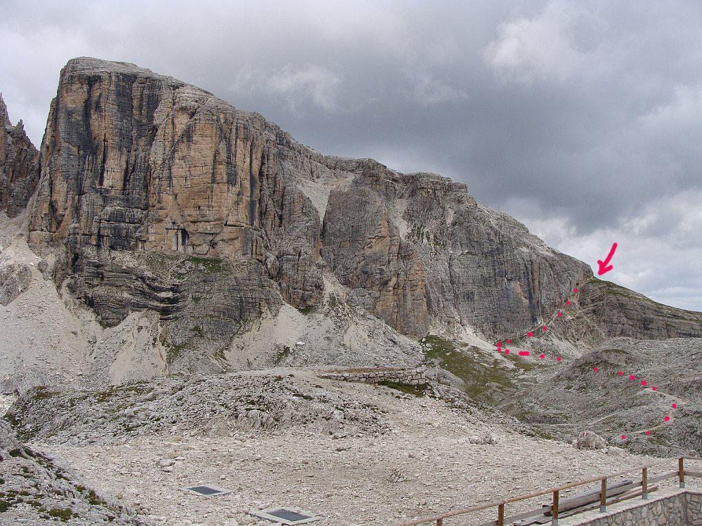 il sentiero visto dal rifugio, la freccia indica il punto dove vi è la scala