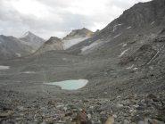 La conca in cui scendere, per poi risalire alla Britanniahutte (visibile in alto); giù in fondo, a sx del lago, abbiamo messo la tenda