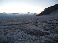 Il ghiacciaio grigio e nudo che conduce all'Adlerpass; all'alba, vista sul Weissmies