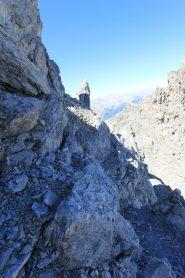 Aereo sentierino dopo il primo salto di cresta: la foto non rende, ma fidatevi che sulla destra va giù dritto :)