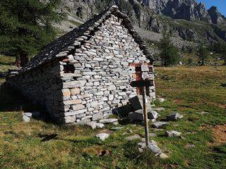 alpe Buscagna superiore, dove parte il sentiero per il bivacco