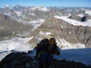 uno sguardo al percorso appena effettuato (alle spalle di Claudio) dalla fine del ghiacciaio superiore. Ci attende l'ultima arrampicata