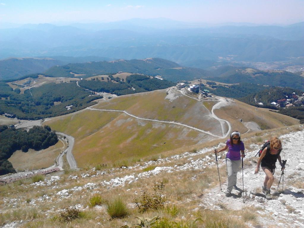 Federica e Ines salendo al Terminilletto. Sullo sfondo la vetta del Terminilluccio deturpata da ripetitori e costruzioni militari.