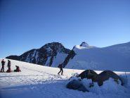 primi raggi sul colle del Lys, ignoti campeggiatori  e  sullo sfondo la Dufour