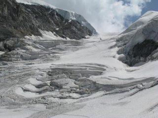 L'elisoccorso stà recuperando lo sfortunato alpinista ed i soccorritori